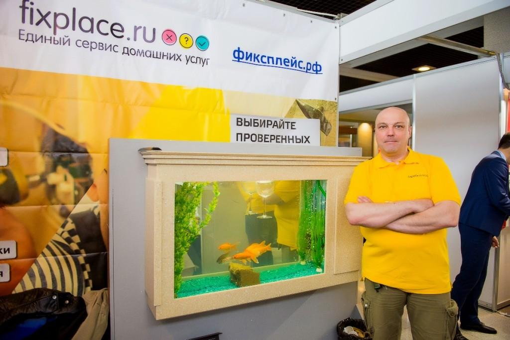 Александр Щусь рядом с аквариумом собственной работы
