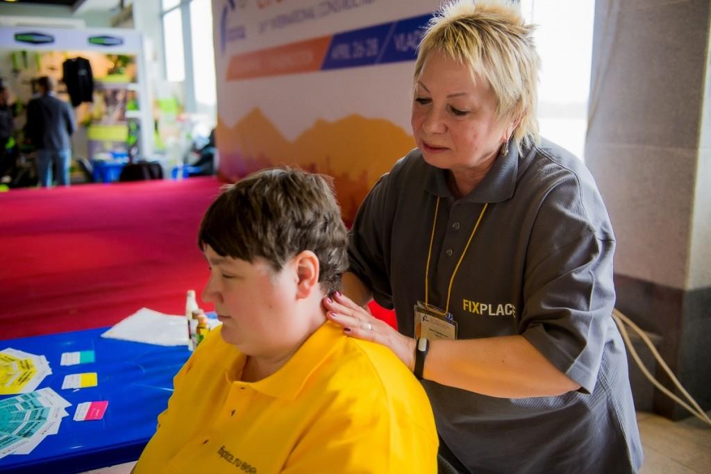 Татьяна Гайдаенко делает тайский массаж плечевого пояса
